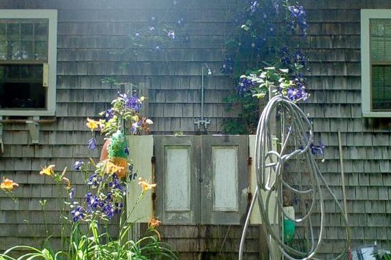 outdoor-shower-ideas-perennial-flowers_1117960914ea9fe6fc4915e015136ece_3x2_jpg_570x380_q85